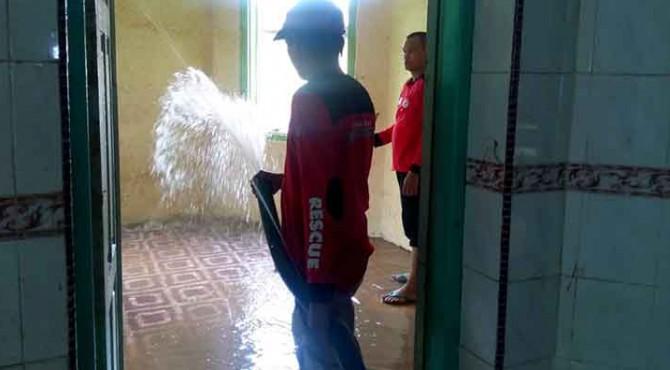 TRC Semen Padang bersihkan Fasilitas Umum (Fasum)