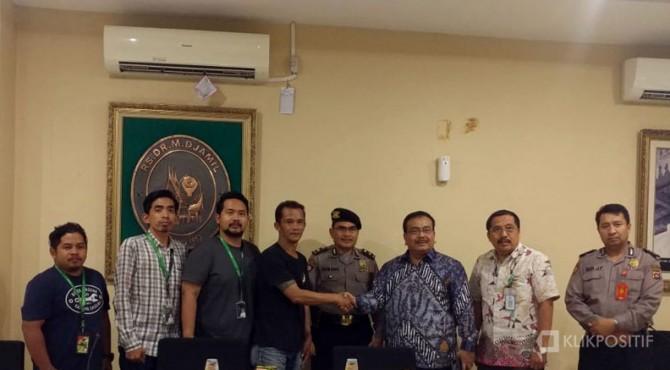Foto bersama manajemen RSUP M Djamil Padang dengan sejumlah driver ojol