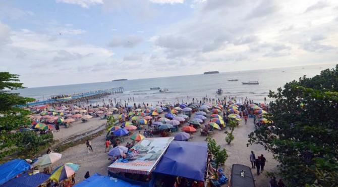 Suasana di Pantai Gandoriah, Pariaman.