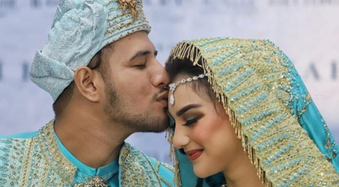 Ammar Zoni saat mencium kening Irish Bella usai akad nikah di Bandung, Jawa Barat, Minggu (28/4).