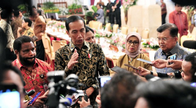 Presiden Jokowi didampingi Wapres Jusuf Kalla menjawab wartawan, di Istana Negara, Jakarta, Jumat (18/10).