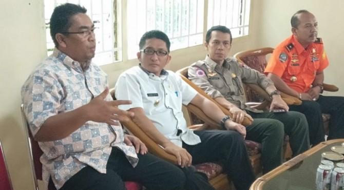 Dirut PT Semen Padang, Yosviandri (kiri) bersama Wawako Padang Hendri Septa (dua dari kiri) dan Kepala BPBD Kota Padang, Edi Hasymi dan Kepala Basarnas Padang,  Asnedi di Mako TRC Semen Padang