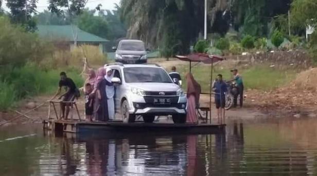 Terlihat kenderaan warga Sikilang saat menggunakan ponton untuk menyeberangi sungai.
