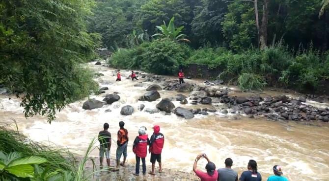 TRC Semen Padang tengah menelusuri aliran Sungai Lubuk Paraku untuk mencari sopir truk yang hanyut setelah mobil yang dikemudikannya masuk ke dalam sungai.