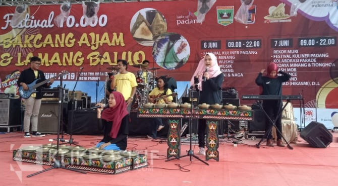 Pertunjukan seni saat pembukaan Festival Bakcang Ayam dan Lamang Baluo