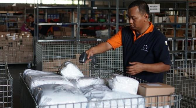 Staf tengah menggunakan bluetooth scanner untuk mendata paket yang hendak dikirimkan kepada konsumen dari Fulfillment Center Jet Commerce, Daan Mogot, Kota Tangerang