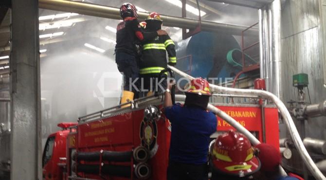 Pemadaman Api di Salah Satu Pabrik Karet di Padang