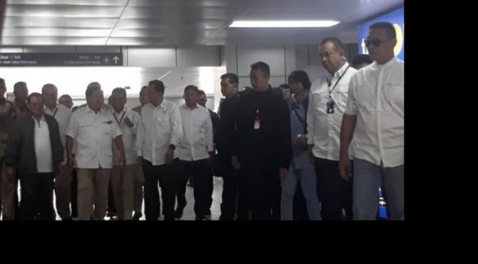 Prabowo Subianto tampak berada di Stasiun MRT Lebak Bulus