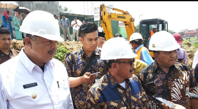 Wako Solok Zul Elfian meninjau kesiapan pengerjaan proyek pembenahan bantaran Batang Lembang di kota Solok