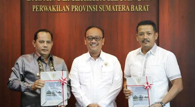 Wawako Solok Reinier dan Ketua DPRD Yutriscan usai menerima LHPK Kota Solok dari Ketua BPK-RI Perwakilan Sumbar,�Pemut Aryo Wibowo