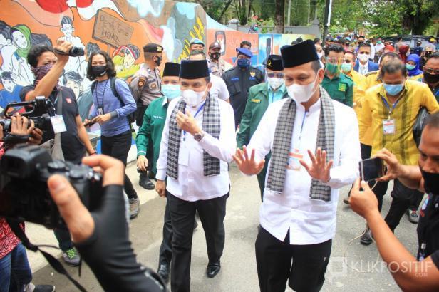 Fakhrizal dan Genius Umar saat pendaftaran ke KPU.