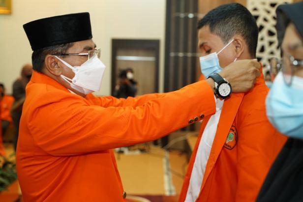 Direktur PNP Surfa Yondri memasankan jacket almamater kepada mahasiswa baru tahun akademik 2021/2022.