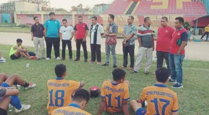Gasliko dan pelatih saat diberikan pengarahan oleh Ketua DPRD Sementara Deni Asra di Stadion H. Agus Salim, Padang