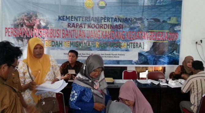 Para penerima RTMP di Pasbar saat melakukan administrasi pendistribusian bantuan uang pembuatan kandang ayam di Balai Pertanian Padang Tujuh.