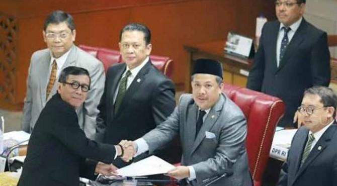 Menkumham Yasonna Laoly menyalami Pimpinan Sidang saat menghadiri Rapat Paripurna di Kompleks Parlemen, Senayan, Jakarta, Selasa (17/9)