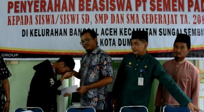 Manager Operasional Dumai Semen Padang, Teguh Sofyanto�menyerahkan bebasiswa secara simbolis kepada pelajar di Dumai.