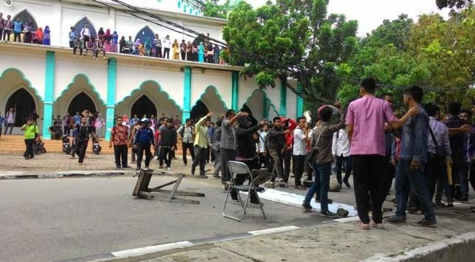 Ribuan mahasiswea IAIN berunjukrasa di depan rektorat untuk meminta agar pihak kampus menindaklanjuti kasus duagaan pengianyaan mahasiswa yang dilakukan oleh satpam kampus.
