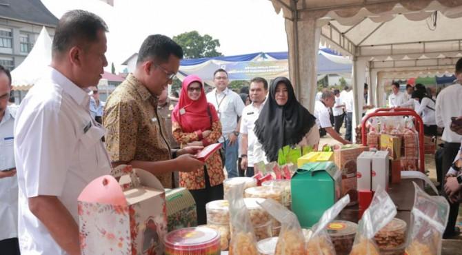Wakil Wali Kota Payakumbuh, Erwin Yunaz saat membuka bazar murah di Balai Kota.