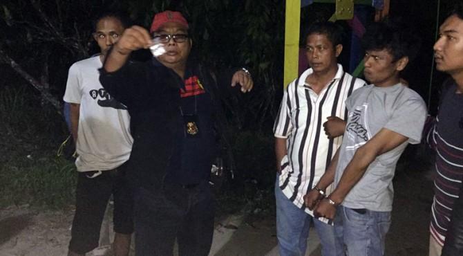 Kasat Narkoba Iptu Hendri Has memperlihatkan barang bukti usai penangkapan tersangka inisial FA dan IF