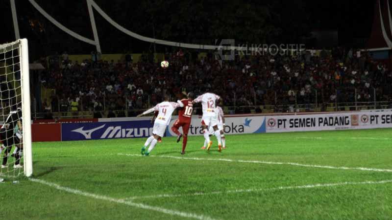 Pemain belakang Persipura berebut bola atas dengan Vendry Mofu.