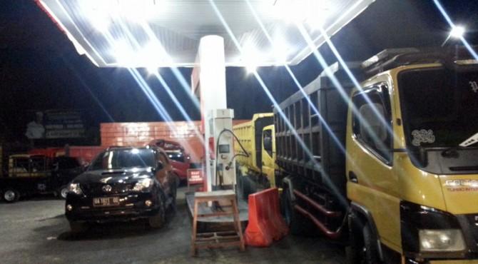 Kendaraan yang terparkir menunggu kedatangan BBM jenis Solar di SPBU Batang Toman, Kecamatan Pasaman-Pasaman Barat