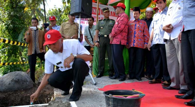 Walikota Padang, Mahyeldi Ansharullah melakukan Ground Breaking pembangunan jembatan menuju SMA 14 Padang. Peletakkan batu pertama itu juga dilakukan oleh jajaran Direksi PT Semen Padang