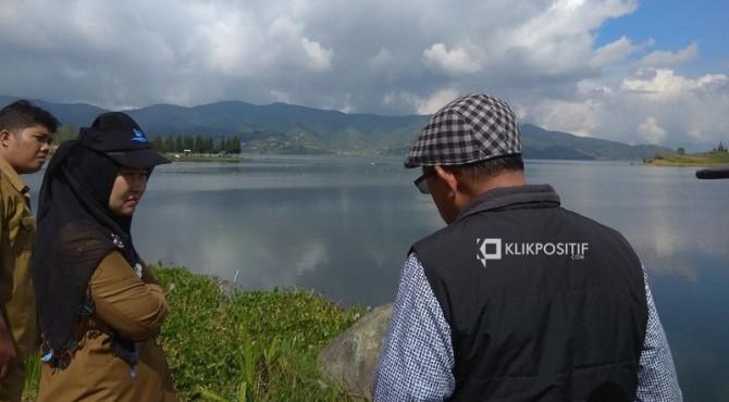 Kepala Dinas Lingkungan Hidup Sumbar Siti Aisyah, Prof. Hafrijal Syandri dan tim ahli saat meninjau Danau Diatas, Alahan Panjang, Kabupaten Solok