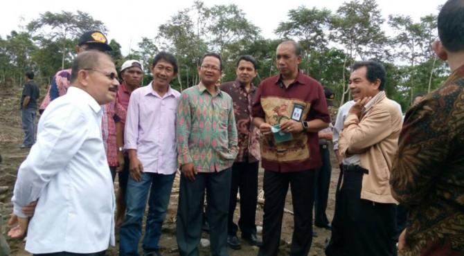 Bupati Padang Pariaman, Ali Mukhni saat meninjau kawasan Tarok City yang masih dalam pembangunan