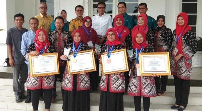 Gubernur Sumbar, Irwan Prayitno didampinggi Kepala Dinas Pendidikan Sumbar, Adib Alfikri, Sabtu (29/6), ketika menerima kunjungan dari guru yang meraih penghargaan provinsi Babel