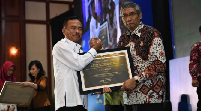 Sekretaris Utama BKKBN RI H Nofrijal saat menerima penghargaan di Gedung Dhanapala Kementerian Keuangan, Jakarta. Humas BKKBN