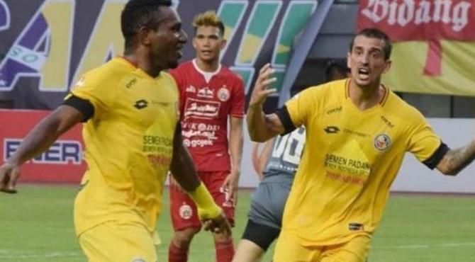 Penyerang Semen Padang, Mariando Djonak Uropmabin (kiri) usai mencetak gol ke gawang Persija Jakarta pada laga Liga 1 2019 di Stadion Patriot Candrabhaga, Bekasi, Rabu (16/10/2019)