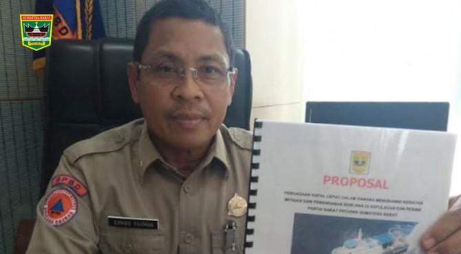 Kepala BPBD Sumbar Erman Rahman memperhatikan proposal kapal yang diusulkan ke BNPB