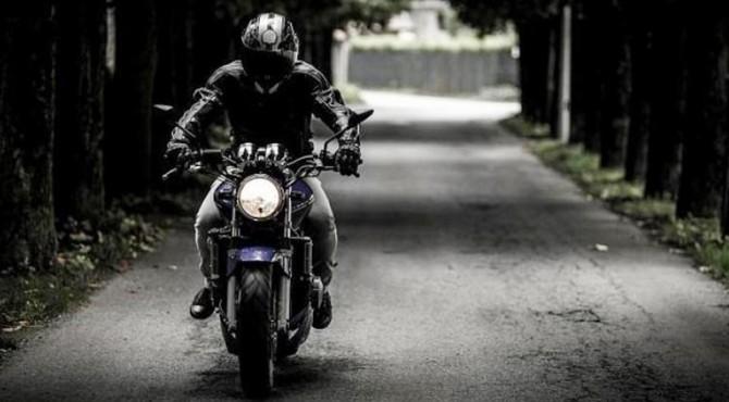 ilustrasi mengendarai motor