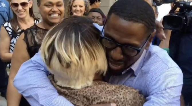 Lamonte McIntyre memeluk seorang anggota keluarga setelah dibebaskan dari penjara. Dia mendekam di balik sel penjara selama 23 tahun karena tuduhan pembunuhan ganda.