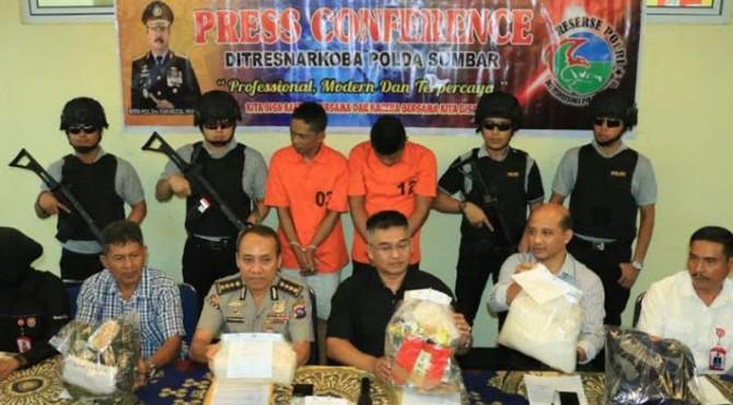 Polda Sumbar memaparkan penangkapan dua pelaku pengedar narkotika yang diamankan di Payakumbuh dan Provinsi Riau