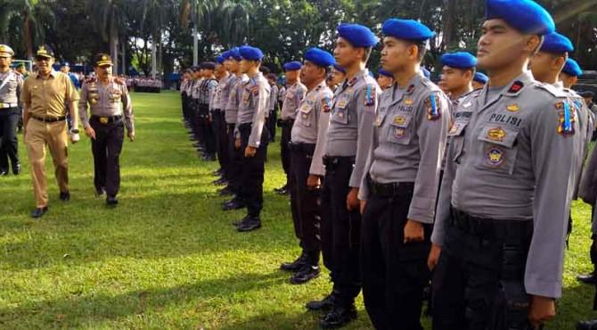 Gubernur Sumbar, Irwan Prayitno dan Kapolda Sumbar, Irjen Pol Fakhrizal mengecek kesiapan personel Operasi Ramadniya 2017.
