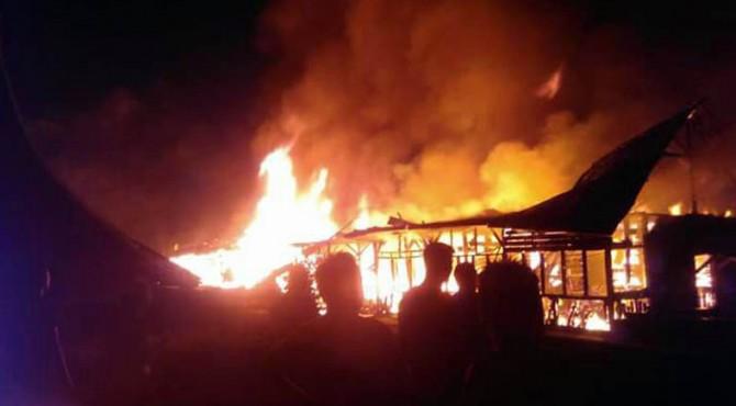 Kobaran api yang membakar rumah warga