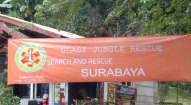 Spanduk Gladian SAR Gunung Hutan terpasang di kawasan Gunung Welirang, Jawa Timur