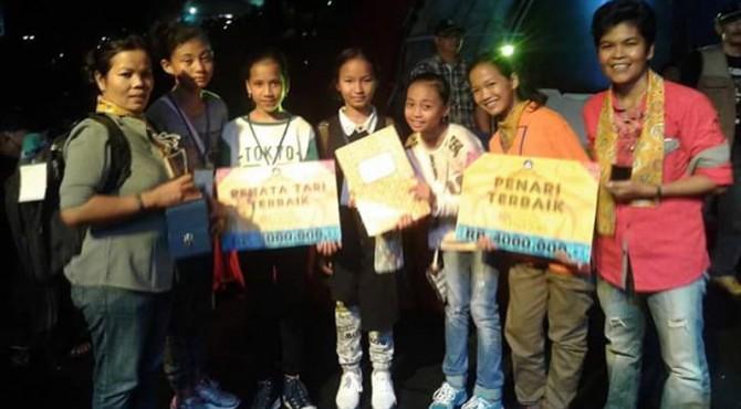 Para penari di Tari Tambuah Ciek dan official tim berpose usai mendapat dua penghargaan.