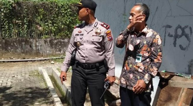 Penemuan barang bukti narkoba jenis ganja tersebut pertama kali ditemukan oleh salah seoranh pengawai Universitas Bung Hatta yang sedang membersihkan belakang gedung Fakultas Teknik Indusri