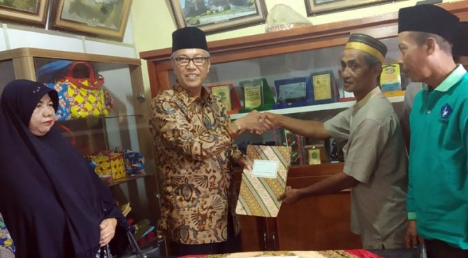 Bupati Irdinansyah Tarmizi menyalami tokoh masyarakat usai menandatangani hibah tanah untuk merevitalisasi objek wisata Nagari Pariangan