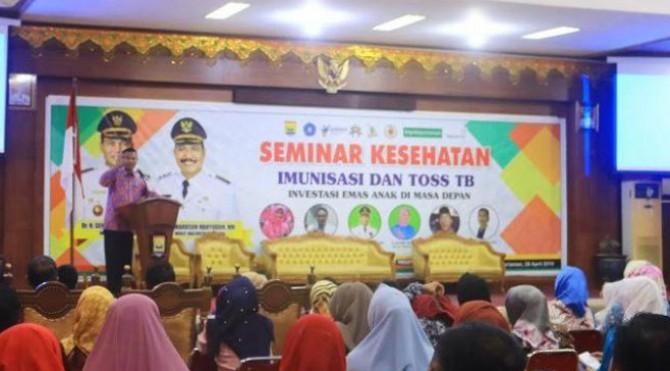Walikota Pariaman Genius Umar saat membuka Seminar Kesehatan Imunisasi dan TOSS TB di Aula Balikota Pariaman, Minggu 28 April 2019.