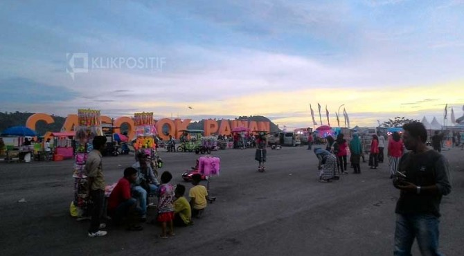 Arena bermain yang dibuat saat pelaksanaan iven Festival Langkisau di Pantai Carocok, Painan.