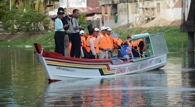 Dirut PT Semen Padang, Yosviandri bersama Danlantamal II Padang dan Gubernur Sumbar tengah menjajal kapal pembersih sampah bantuan dari PT Semen Padang
