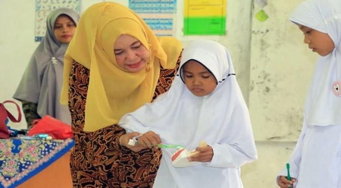 Seorang dokter gigi ajarkan siswa cara menggosok gigi yang benar di SDN 09 Kampung Apa Pariaman Selatan
