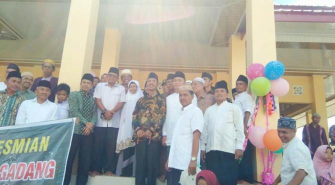 Bupati Pasaman, Yusuf Lubis foto bersama dengan masyarakat Jorong Padang Sawah Nagari Binjai Kecamatan Tigo Nagari