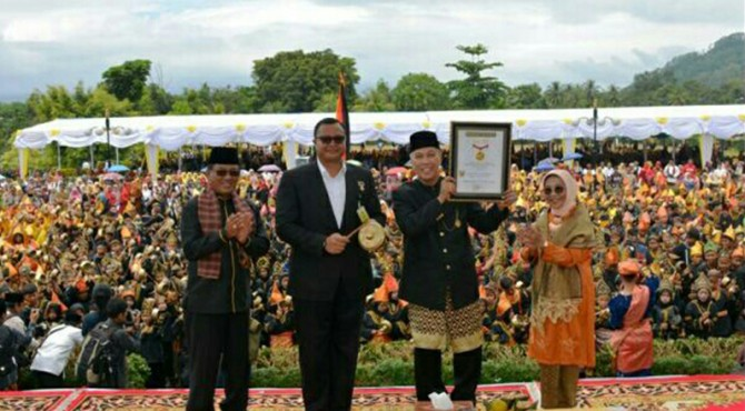 Bupati Irdinansyah Tarmizi menerima sertifikat Rekor MURI.