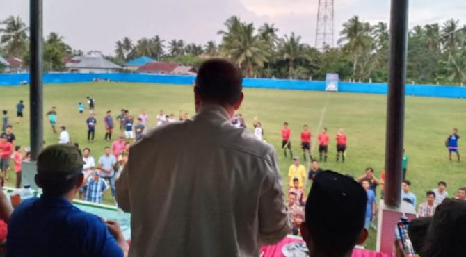 Wagub Sumbar Nasrul saat menyaksikan pertandingan open turnamen