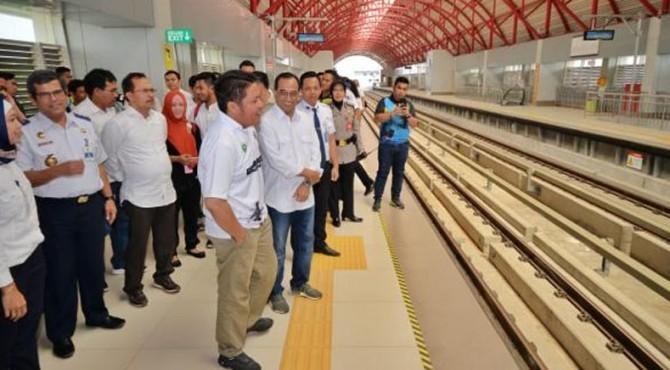 Menhub tinjau LRT Sumsel di Palembang, Minggu (17/11).