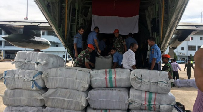 74 Ton Bantuan Kemanusiaan Indonesia diturunkan dari pesawat pengangkut